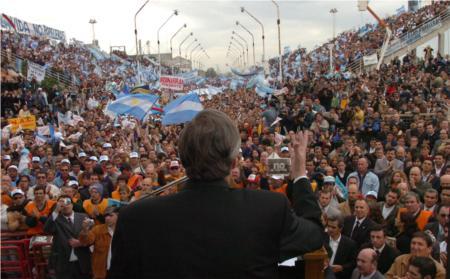 El presidente argentino Néstor Kirchner en un acto contra la instalación de la planta de celulosa en Uruguay.
