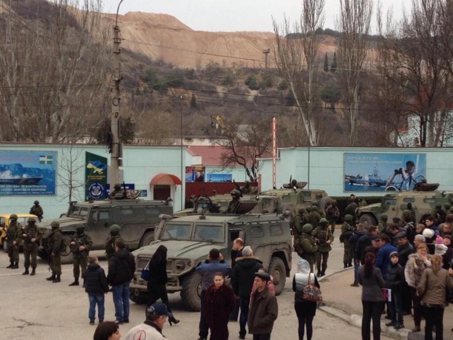 Panorámica de las tropas rusas a las afueras de una base de la guardia costera ucraniana en Balaklava.