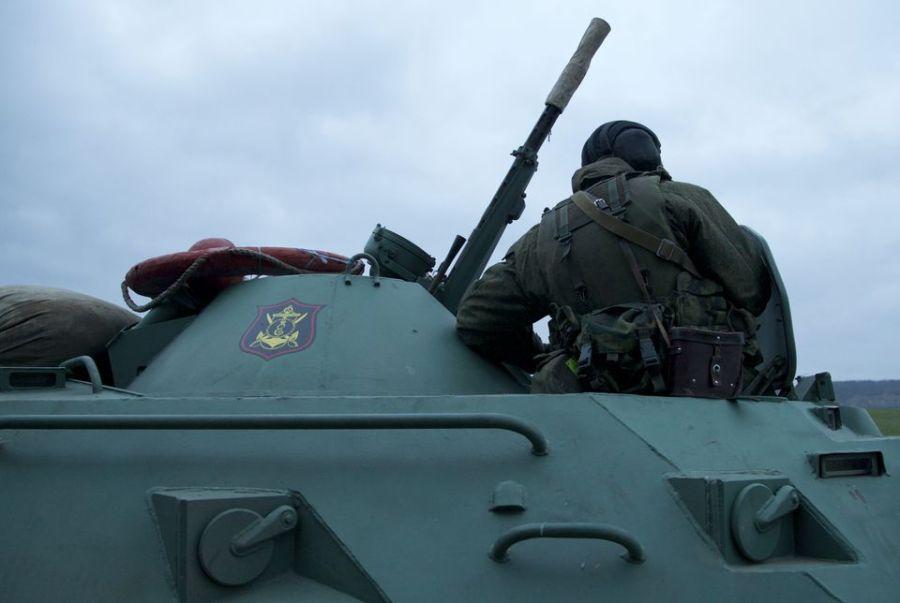 Torreta de un BTR-80 ruso con la insignia de la Infantería de Marina cerca de Bajchisaraí el día 28 de febrero.