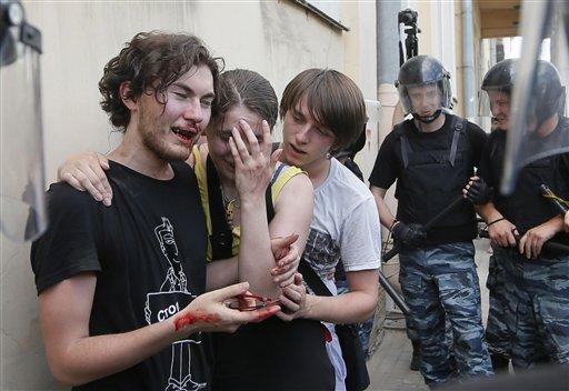Activistas LGBT tras ser agredidos en una manifestación autorizada en San Peterburgo.