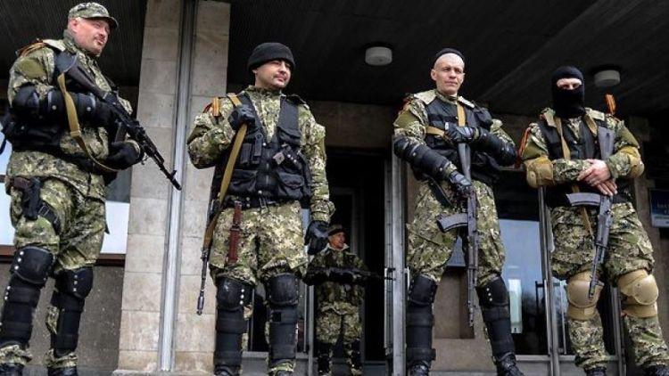 """Uniformes de camuflaje pixelado, chalecos tácticos y fusiles de asalto. Lo que cualquier asamblea vecinal reúne cuando monta una """"patrulla de barrio""""."""