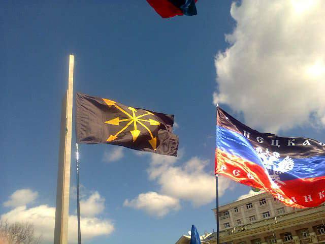 La bandera del Movimiento Eurasianista ondeando en Ucrania oriental junto a la de la República Popular del Donetsk.