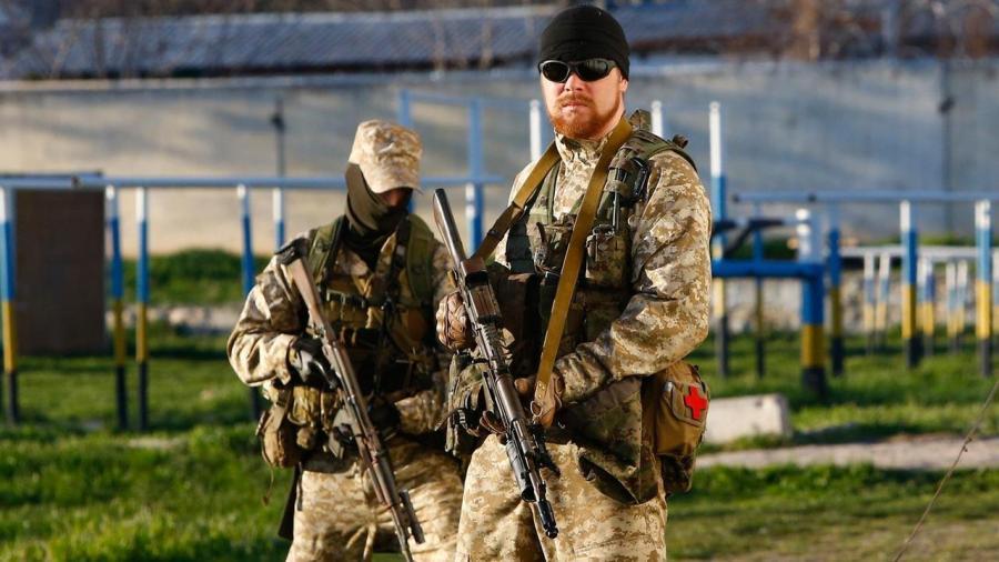 Dos miembros de las fuerzas especiales rusas antes del asalto final a una instalación militar ucraniana.