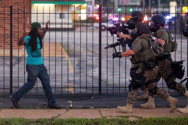 Policías encarando a manifestantes desarmados en Ferguson el 13/08/2014