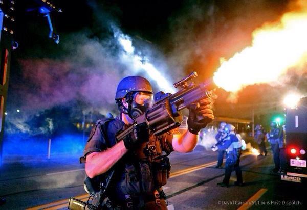 Policía disparando un lanzgranadas semiautomático (Foto de David Carson)