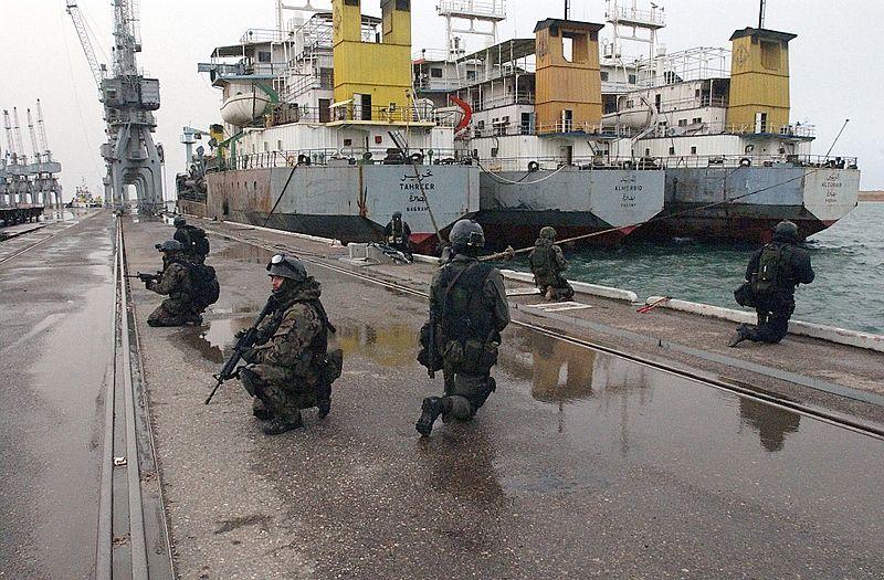"""Soldados polacos de la unidad de operaciones especiales """"GROM"""" en el puerto de Um Qasr durante la invasión de Iraq (2003)"""
