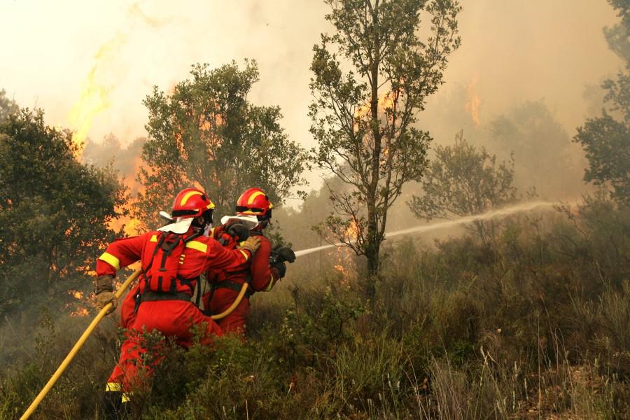Efectivos de la Unidad Militar de Emergencia apagando un incendio en Zuera Foto: mde.es