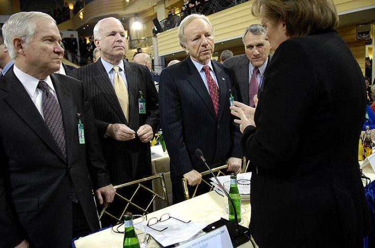 El secretario Gates (a la izquierda) escuchando a la canciller Merkel en la Munich Security Conference de 2007