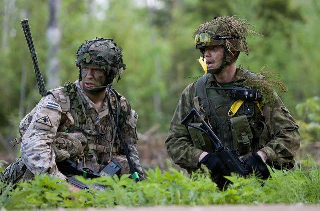 Soldados de Letonia (izq) y Estonia (dcha) en un ejercicio conjunto