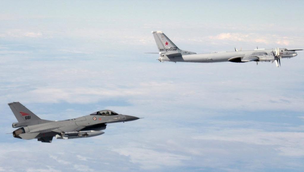 Tu-95 ruso seguido por un F-16 de la fuerza aérea noruega el 29 de octubre (foto vía ZeroHedge)