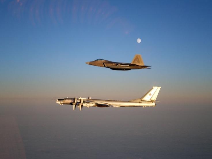 Un F-22 estadounidense acompaña un Tu-95 ruso sobre el Océano Pacífico (foto vía The Aviatonist)