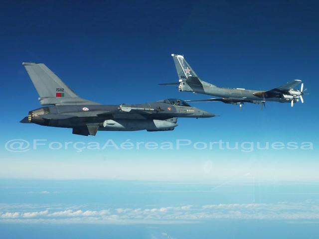 Tu-95 ruso seguido por un F-16 de la fuerza aérea de Portugal el 31 de octubre (foto vía The Aviatonist)