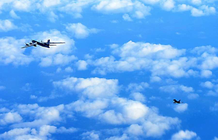 Tu-95 seguido por un Typhoon de la Royal Air Force británica el 29 de octubre