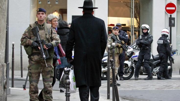 Militares y policías en el barrio judío de París