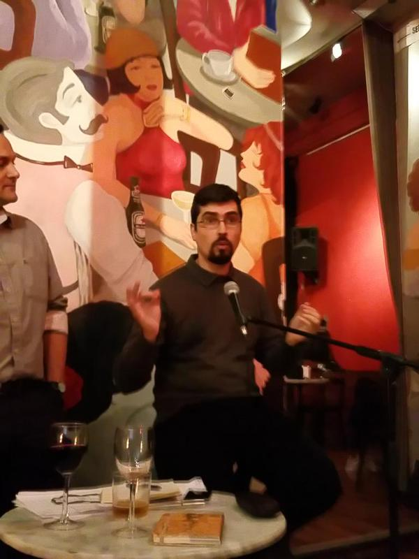 """Dicen que parezco Chiquito de la Calzada en esta foto. En un taburete y con el micrófono delante estuve tentado de arrancar la noche con """"¿saben aquel que diu...?"""""""