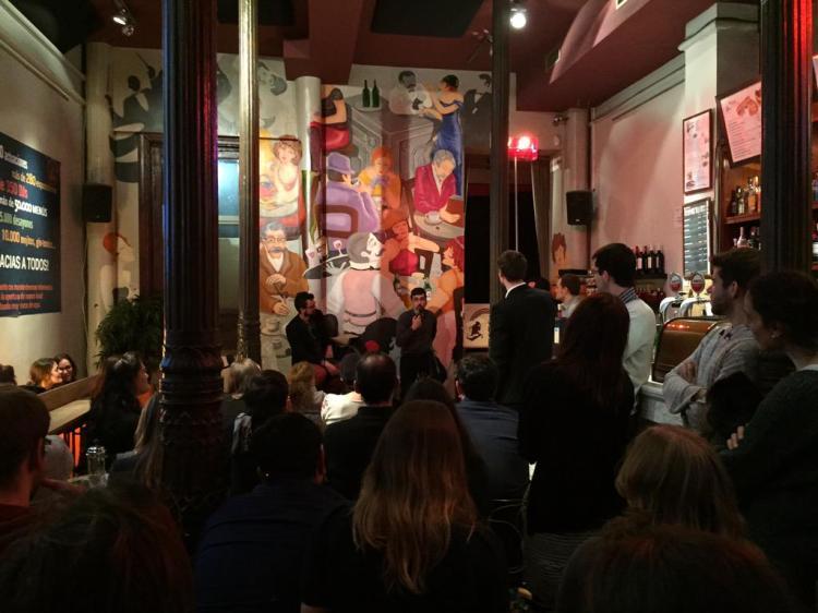 Público hasta de pie anoche en el Café Galdós