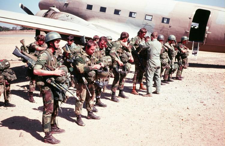 Soldados rodesianos antes de embarcar en un Dakota