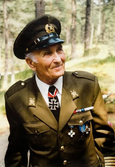 Harald Nugiseks con uniforme estonio y la Cruz de Caballero al cuello