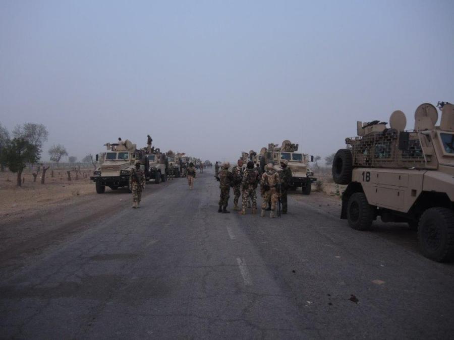 Columna de vehículos REVA de la 72 Mobile Strike Force nigeriana en operaciones contra Boko Haram