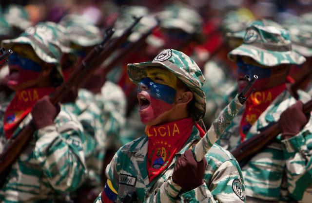 Milicianos venezolanos con fusiles Mosin Nagant de la Segunda Guerra Mundial