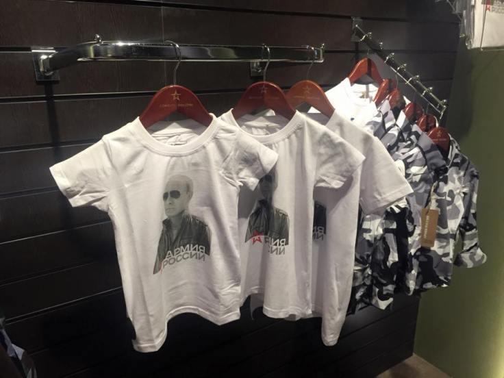 Camisetas de Putin en una tienda de merchandising militar del centro de Moscú (Foto vía xxX)