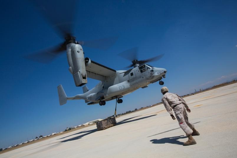 Un MV-22 Osprey durante un ejericio en la base de Morón.