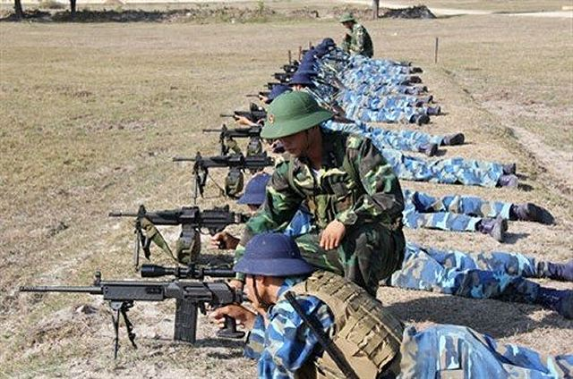 Militares vietnamitas con fusil de asalto GALIL y ametralladora ligera NEGEV de origen israelí