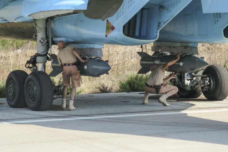 Armeros rusos preparando bombas guiadas por satélite KAB-500S en la base aérea de Latakia.