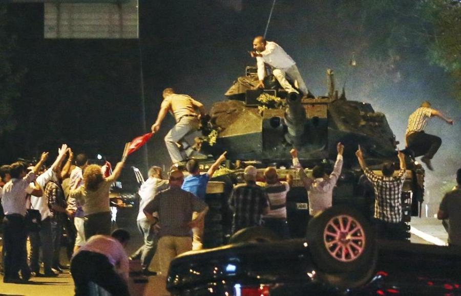 Un M60T, modelo modernizado con tecnología israelí, rodeado de manifestantes contrario al golpe.