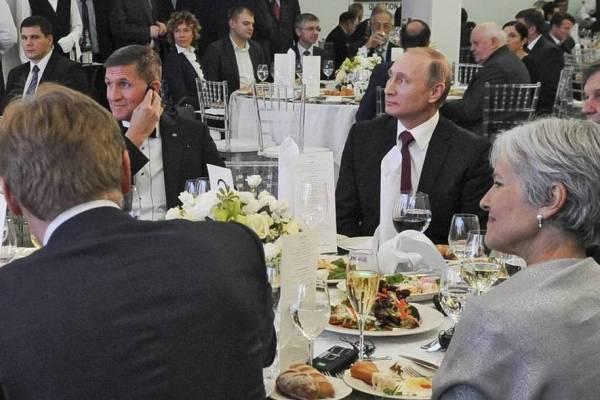 Flynn en una cena de gala en Rusia al lado de Putin. Foto vía Daily Kos.